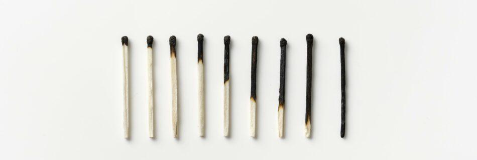 Een reeks lucifers die steeds iets verder zijn opgebrand, een metafoor voor een burn-out