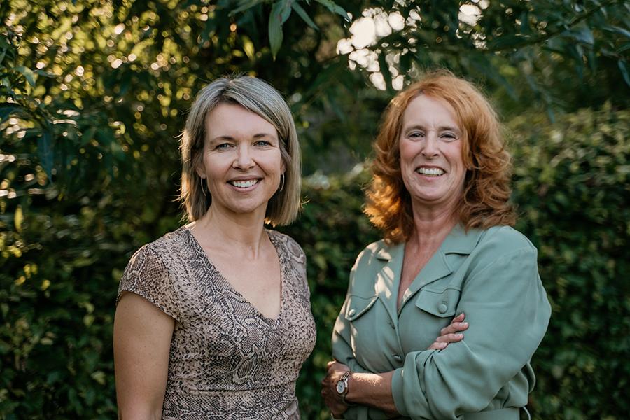 Coaches Petra en Marianne geven trainingen teamconnectie aan teams die opnieuw willen verbinden